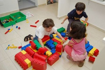 ensinando crianças a organizar seus brinquedos